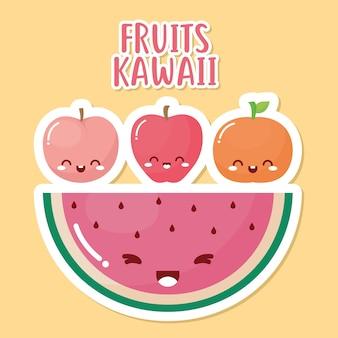 Groep kawaiivruchten met fruitkawaii het van letters voorzien op gele achtergrond.