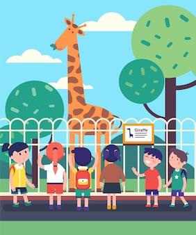 Groep kinderen die giraf kijken op een dierentuin excursie