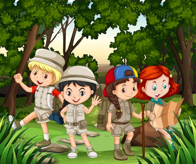 Groep kinderen die in het bos wandelen