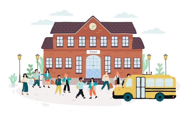 Groep kinderen die voor de school lopen