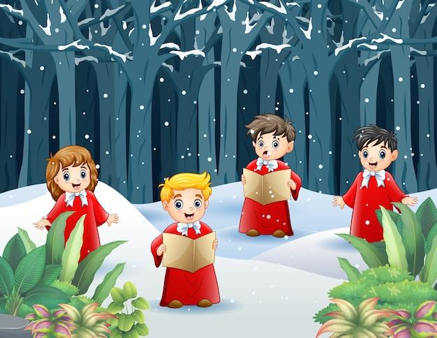 Groep kinderen in rood kostuum zingen kerstliederen