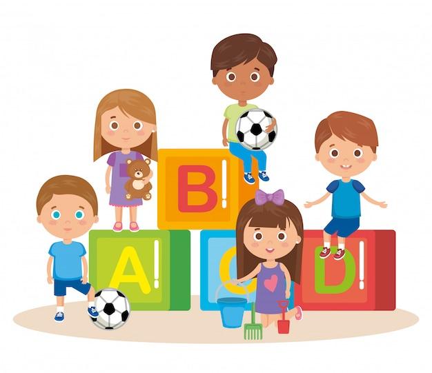 Groep kleine kinderen spelen met blokken