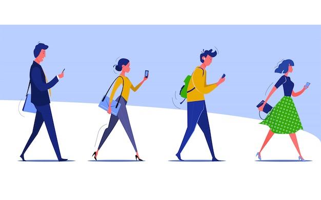 Groep lopende mensen die smartphones controleren