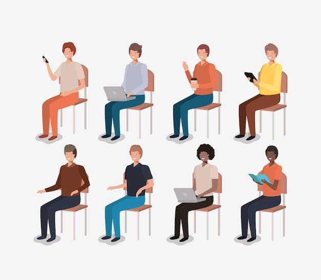 Groep mannen met behulp van technologie en lezen