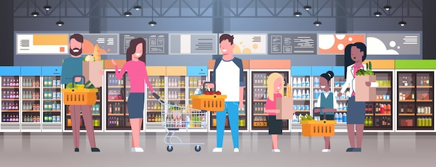 Groep mensen in supermarkt, tassen, manden en duwen trolleys bedrijf
