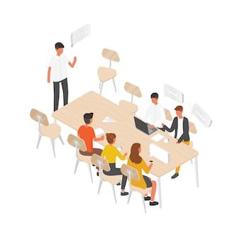 Groep mensen of kantoorpersoneel aan tafel zitten en met elkaar praten