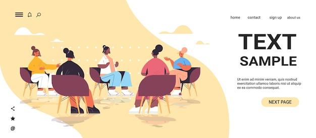 Groep mix race vriendinnen bespreken tijdens bijeenkomst in vrouwenclub meisjes ondersteunen elkaar unie van feministen concept horizontale volledige lengte kopie ruimte vectorillustratie