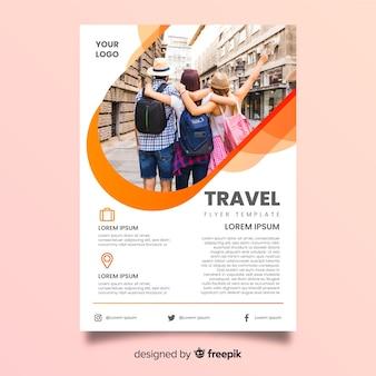 Groep reizende vrienden op vakantie