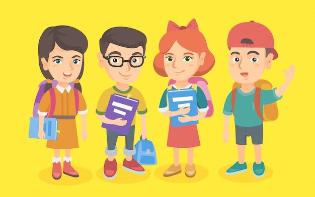 Groep scholieren met rugzakken en boeken.