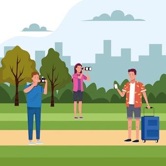 Groep toeristenmensen die activiteiten op het gebied doen