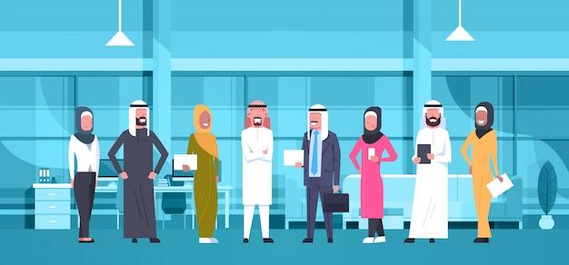 Groep van arabische mensen uit het bedrijfsleven in moderne kantoor dragen traditionele kleding arabische zakenman en zakenvrouw werknemers