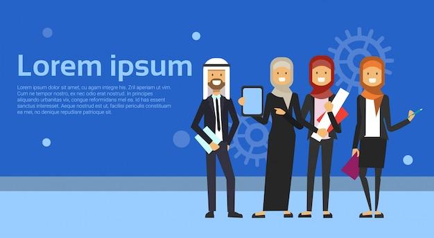 Groep van arabische zakenmensen in zwart pak samen te werken op achtergrond moslim werknemers team banner