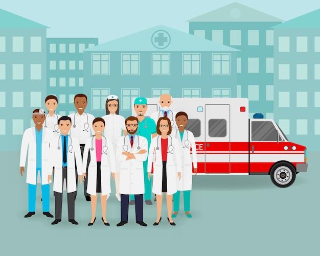 Groep van artsen en verpleegkundigen en ambulance auto op stadsgezicht achtergrond. medische hulpverlener.