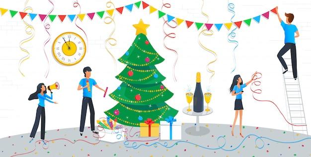 Groep van mensen uit het bedrijfsleven kerstboom versieren
