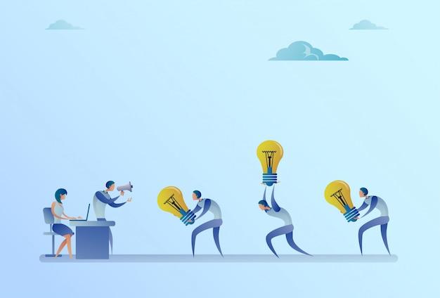 Groep van mensen uit het bedrijfsleven voeren gloeilampen naar manager holding megafoon nieuwe idee concept