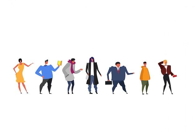 Groep van verschillende levensstijl mensen staan samen zakelijke mannen vrouwen dragen verschillende kleding volledige lengte vrouwelijke mannelijke stripfiguren flat geïsoleerd horizontaal