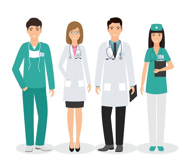 Groep van vier medische mensen staan samen in uniform en verschillende poses. artsen en verpleegkundigen op witte achtergrond.