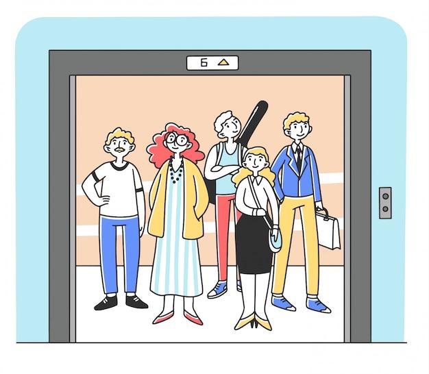 Groep verschillende mensen die zich binnen lift bevinden