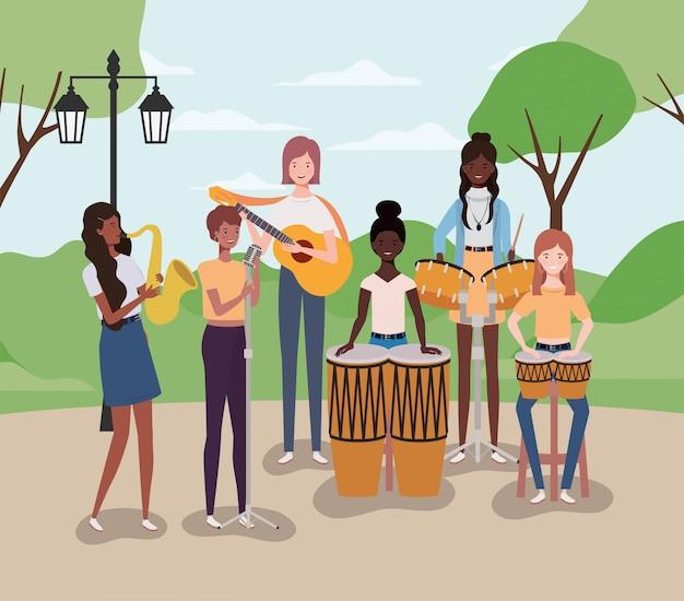 Groep vrouwen die instrumenten in het kamp spelen