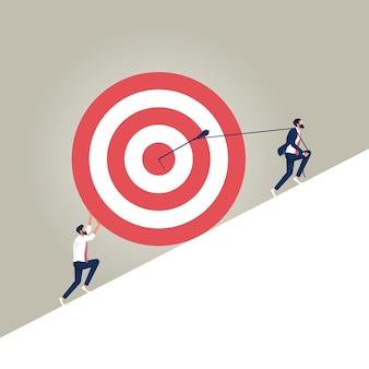 Groep zakenlieden die het doel met pijl optrekken als symbool van succes om het probleem op te lossen