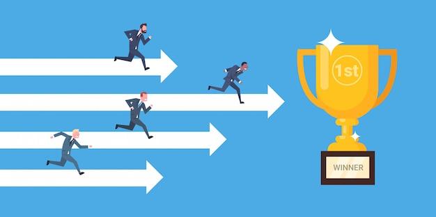 Groep zakenlui die op pijlen aan gouden kop bedrijfswinnaar, leiding en concurrentie lopen