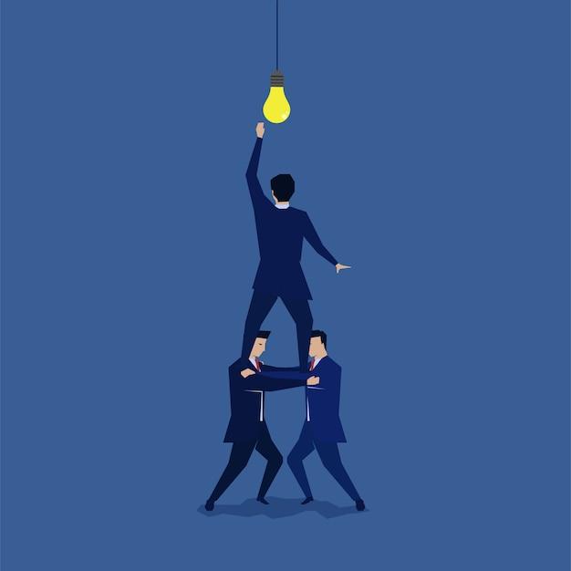 Groep zakenman die wordt gesteund om het idee te bereiken.
