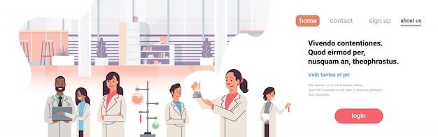 Groepswetenschappers die in het laboratorium werken, onderzoek doen, reageerbuis, druppelaarmix, raceteam, studie, chemische experimenten