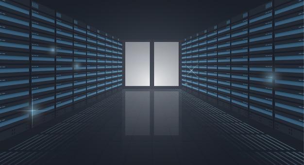 Groot datacenter, lange gang van serverrekken, ingang in serverruimte