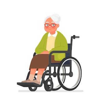 Grootmoeder zit in een rolstoel op wit. bejaarde vrouw in afkickkliniek na een operatie.