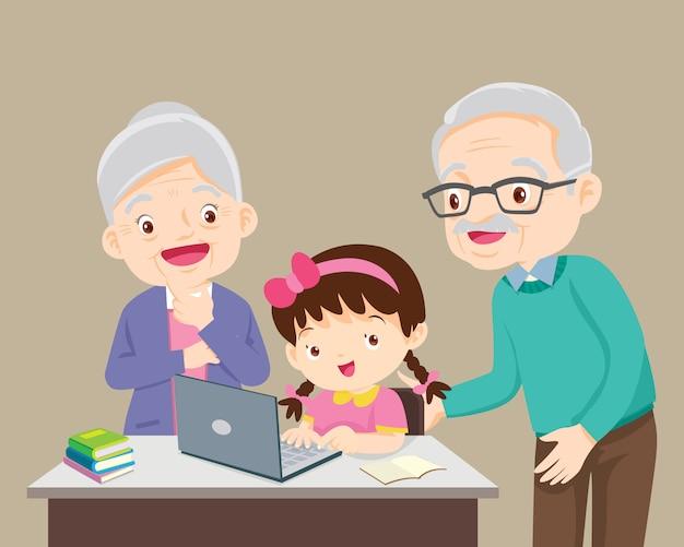 Grootouders blij zijn voor iets van kinderen meisje met laptop