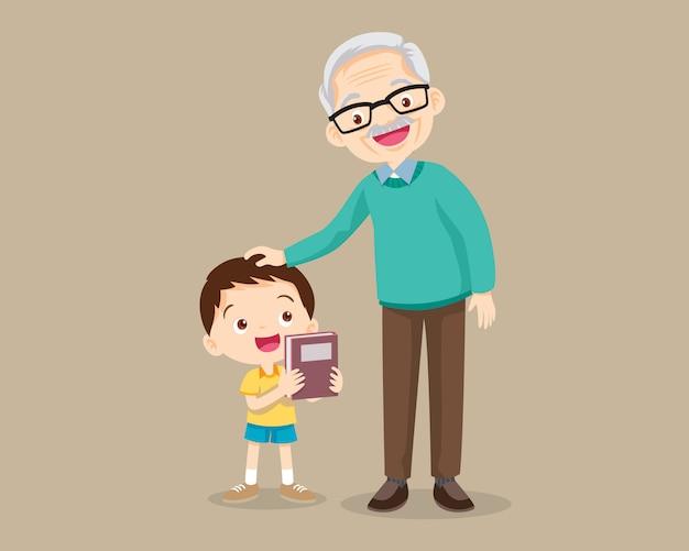 Grootouders en kleinkinderen. kleinzoon geeft een boek aan grootvader