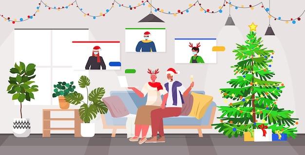 Grootouders in feestelijke hoeden bespreken met kinderen in maskers tijdens videogesprek coronavirus quarantaine concept nieuwjaar kerst vakantie viering woonkamer interieur volledige lengte vect