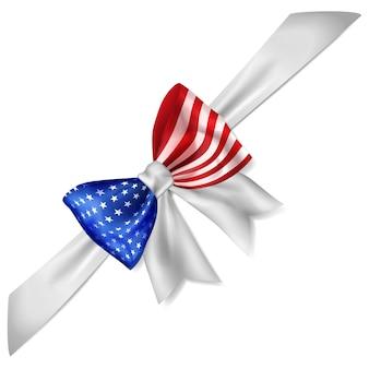 Grote boog gemaakt van lint in kleuren van de amerikaanse vlag met schaduw op witte achtergrond
