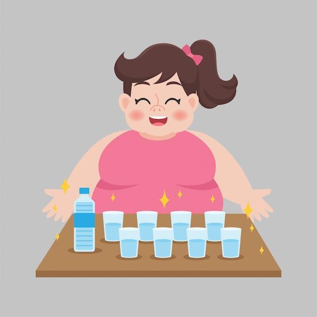 Grote dikke vrouw die zoet water drinkt
