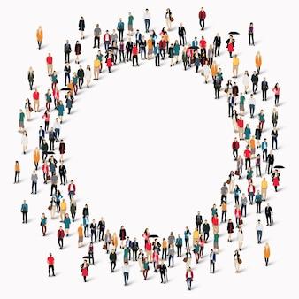 Grote groep mensen in de vorm van een cirkel.