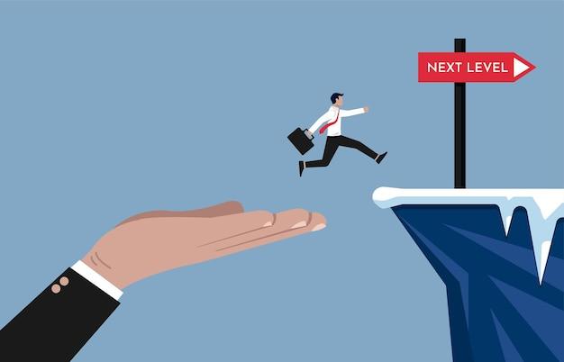 Grote hand die zakenman helpt om een hoger niveau van zaken en carrièrepadillustratie te bereiken.