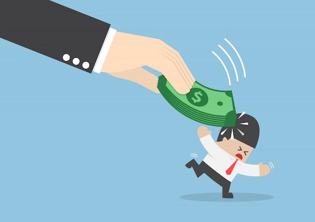 Grote hand geraakt zakenmanhoofd door dollarsbankbiljet