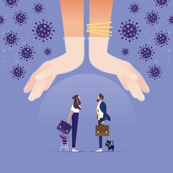 Grote handen bescherming klein bedrijf, metafoor van kantoormensen onder bescherming van leider