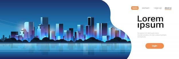 Grote moderne nacht stad bouwen wolkenkrabber