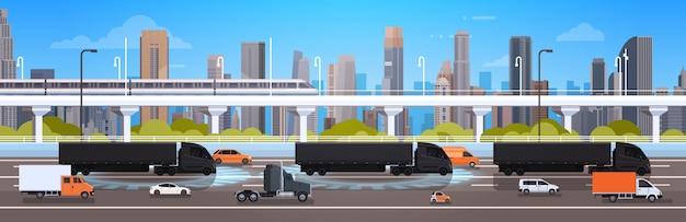 Grote semi vrachtwagen met aanhangwagens op wegweg met auto's en vrachtwagen over de verzending van het stadslandschap