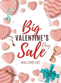 Grote valentijnsdag verkoop poster. abstract ontwerpsjabloon met realistische snoep harten blauwe boog, linten en een geschenkdoos op wit. -