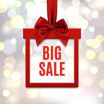 Grote verkoop, vierkante banner in vorm van cadeau met rood lint en boog, op wazige bokeh achtergrond. brochure, wenskaart of sjabloon voor spandoek.
