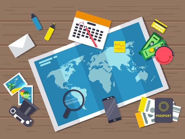 Grote wereldkaart met verschillende reizende elementen erop. planning van de zomervakantie-route.