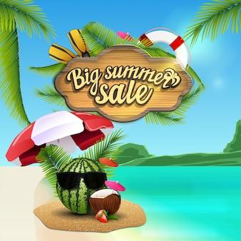 Grote zomerverkoop, webbanner met houten bord, prachtig zeegezicht