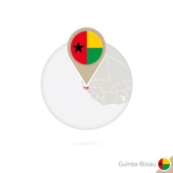 Guinee-bissau kaart en vlag in cirkel. kaart van guinee-bissau, de vlagspeld van guinee-bissau. kaart van guinee-bissau in de stijl van de wereld. vectorillustratie.
