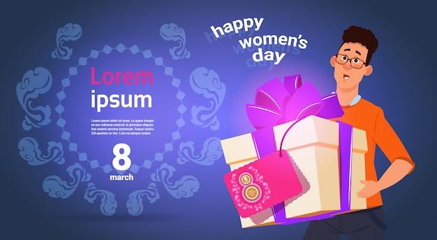 Guy hold presnt box voor happy international women day 8 maart vakantie wenskaart op sjabloon achtergrond