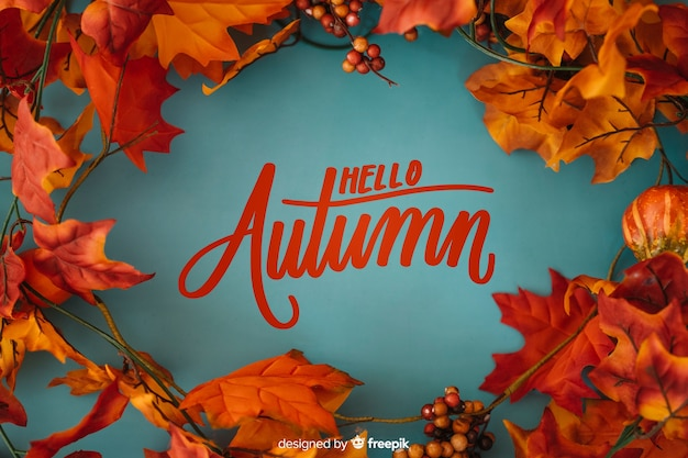 Hallo herfst belettering achtergrond met realistische bladeren