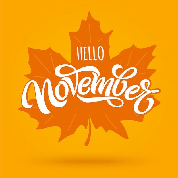 Hallo november. moderne borstelkalligrafie met esdoornblad op heldere oranje achtergrond. belettering voor wenskaart, social media banner, print. bewerkbare illustratie.