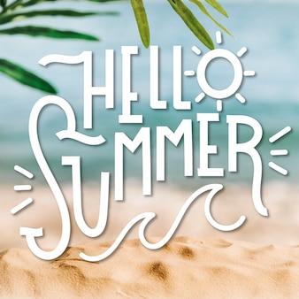 Hallo zomer belettering en onscherpe achtergrond