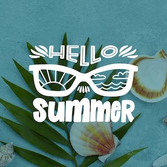 Hallo zomer belettering met bladeren en zeeschelpen